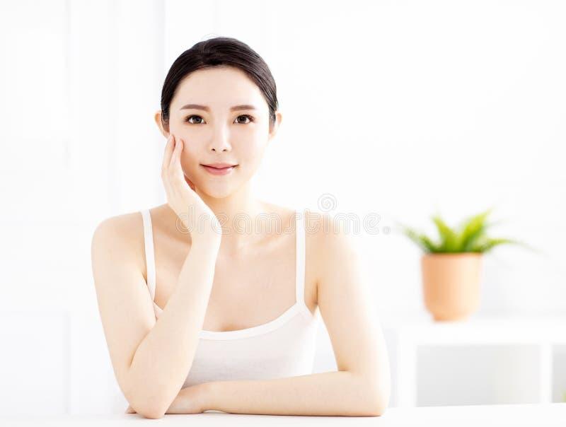 Όμορφη νέα γυναίκα με το καθαρό τέλειο δέρμα στοκ φωτογραφία με δικαίωμα ελεύθερης χρήσης