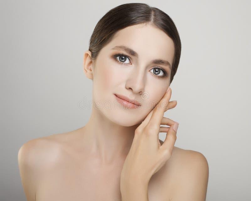 Όμορφη νέα γυναίκα με το καθαρό φρέσκο δέρμα στενό επάνω απομονωμένο π στοκ εικόνες