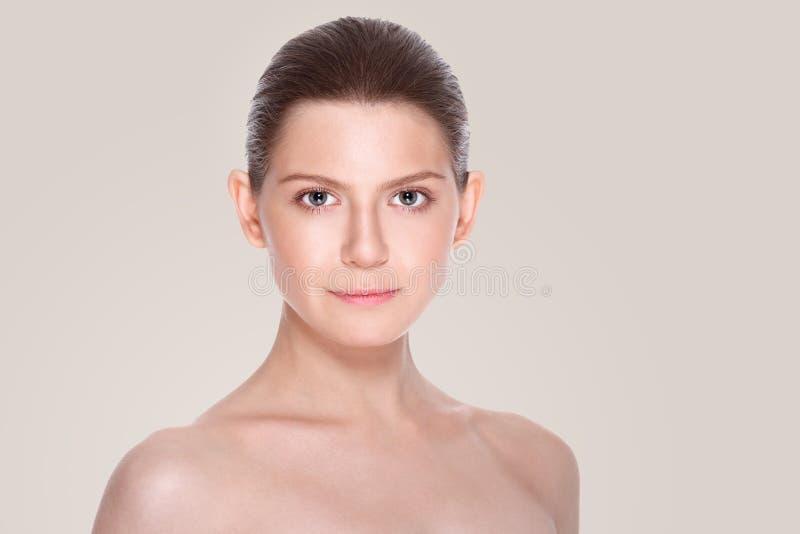Όμορφη νέα γυναίκα με το καθαρό φρέσκο δέρμα Του προσώπου επεξεργασία cosmetology στοκ εικόνα