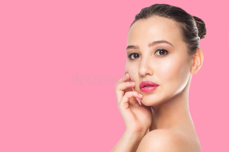 Όμορφη νέα γυναίκα με το καθαρό φρέσκο δέρμα Cosmetology, ομορφιά και SPA Κορίτσι στο ρόδινο υπόβαθρο στοκ φωτογραφία με δικαίωμα ελεύθερης χρήσης