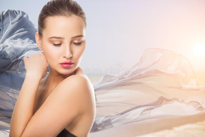 Όμορφη νέα γυναίκα με το καθαρό φρέσκο πρόσωπο αφής δερμάτων Του προσώπου επεξεργασία Cosmetology, ομορφιά και SPA Κορίτσι στο ρό στοκ εικόνες