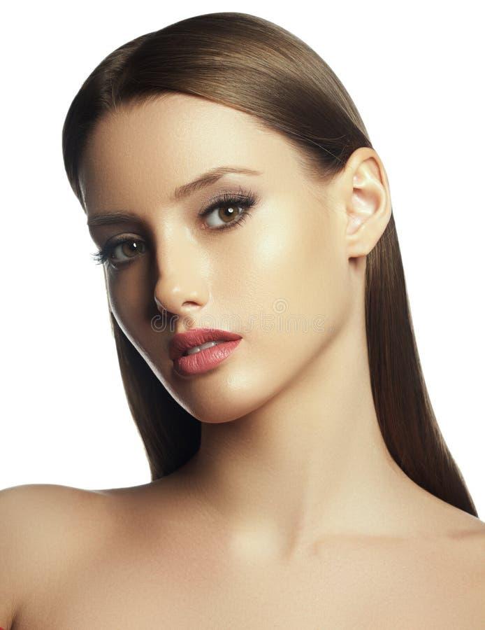 Όμορφη νέα γυναίκα με το καθαρό φρέσκο πρόσωπο αφής δερμάτων o Cosmetology, ομορφιά και SPA στοκ εικόνα