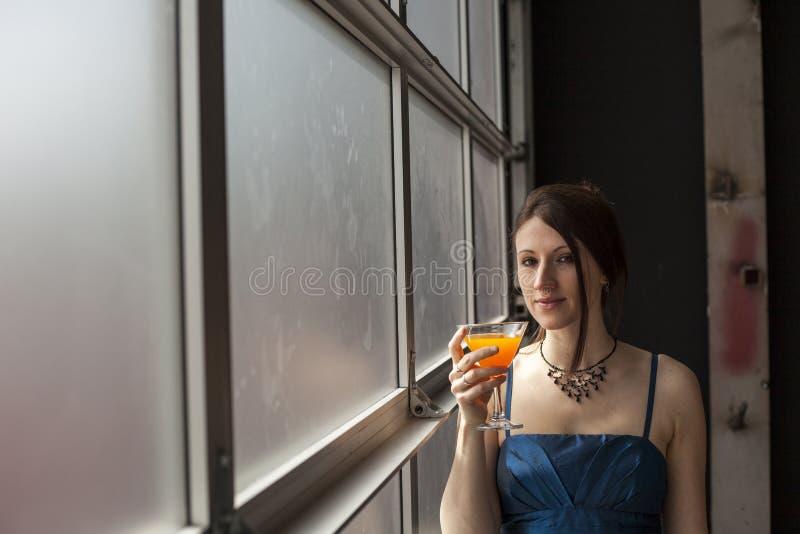 Όμορφη νέα γυναίκα με το καφετί ποτήρι κατανάλωσης τρίχας του μάγκο Ju στοκ φωτογραφίες