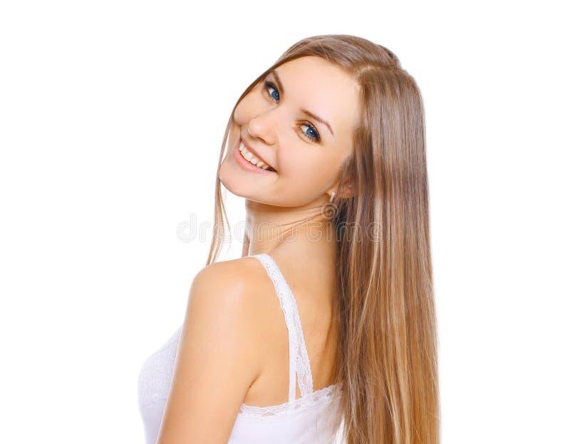 Όμορφη νέα γυναίκα με το μακρυμάλλες και χαριτωμένο χαμόγελο στοκ φωτογραφίες