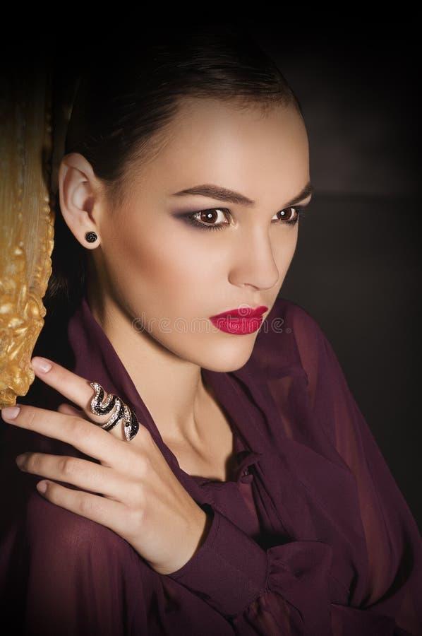 Όμορφη νέα γυναίκα με το makeup στοκ φωτογραφίες