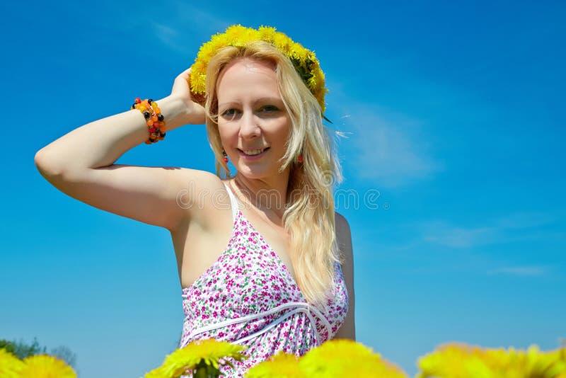 Όμορφη νέα γυναίκα με headband στεφανιών λουλουδιών στοκ φωτογραφίες