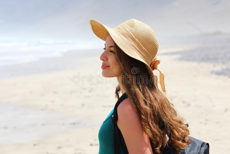 Όμορφη νέα γυναίκα οδοιπόρων που απολαμβάνει το ταξίδι της Πλάγια όψη του κοιτάγματος ταξιδιωτικών κοριτσιών μπροστά από το τοπίο στοκ φωτογραφία με δικαίωμα ελεύθερης χρήσης