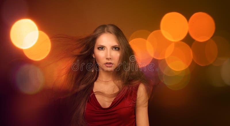 Όμορφη νέα γυναίκα πέρα από τα φω'τα πόλεων νύχτας στοκ φωτογραφία με δικαίωμα ελεύθερης χρήσης