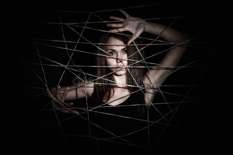 Όμορφη νέα γυναίκα πίσω από το δίχτυ των σχοινιών στοκ φωτογραφίες