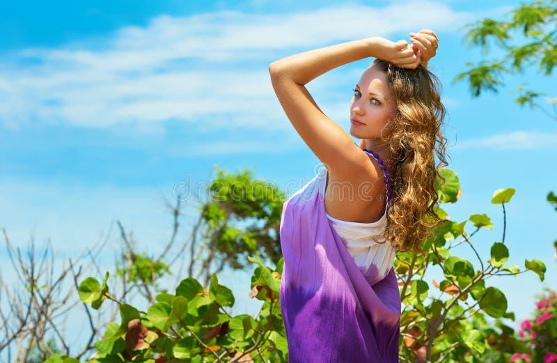 Όμορφη νέα γυναίκα πορτρέτου ενάντια σε έναν μπλε ουρανό στοκ φωτογραφίες με δικαίωμα ελεύθερης χρήσης