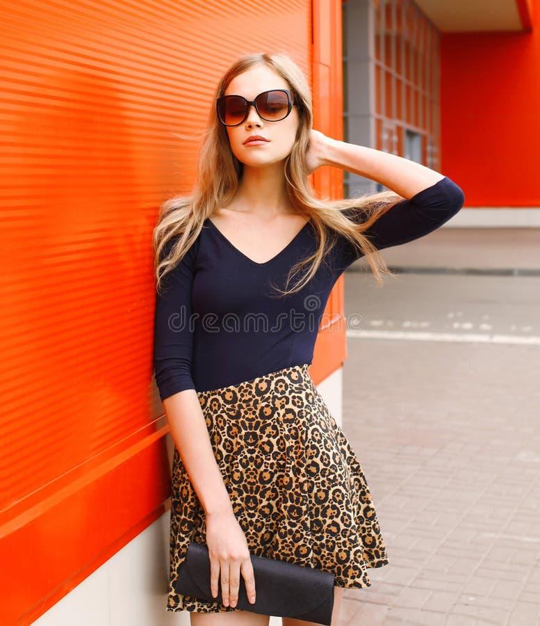 Όμορφη νέα γυναίκα πορτρέτου μόδας στη φούστα λεοπαρδάλεων στοκ εικόνα