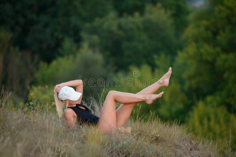 Όμορφη νέα γυναίκα που απολαμβάνει τη φύση υπαίθρια ευτυχής υγιής στοκ εικόνες