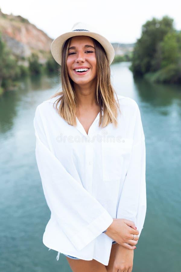 Όμορφη νέα γυναίκα που εξετάζει τη κάμερα στο βουνό στοκ φωτογραφία με δικαίωμα ελεύθερης χρήσης