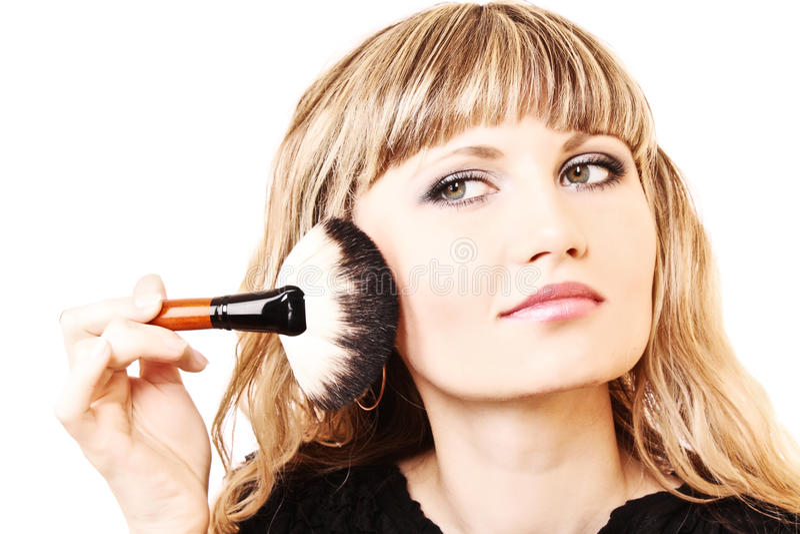 Όμορφη νέα γυναίκα που ισχύει makeup στοκ φωτογραφία