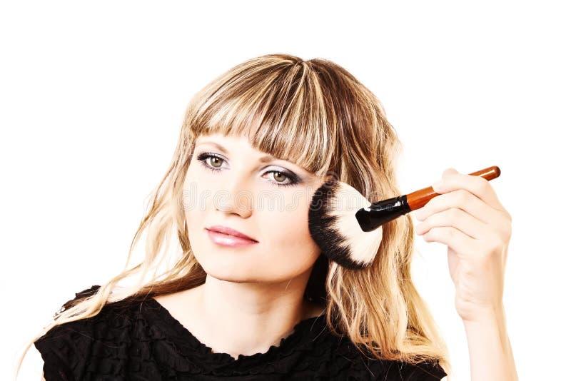 Όμορφη νέα γυναίκα που ισχύει makeup στοκ εικόνες