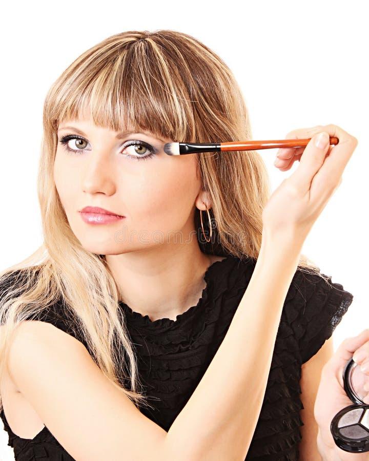 Όμορφη νέα γυναίκα που ισχύει makeup στοκ εικόνα με δικαίωμα ελεύθερης χρήσης