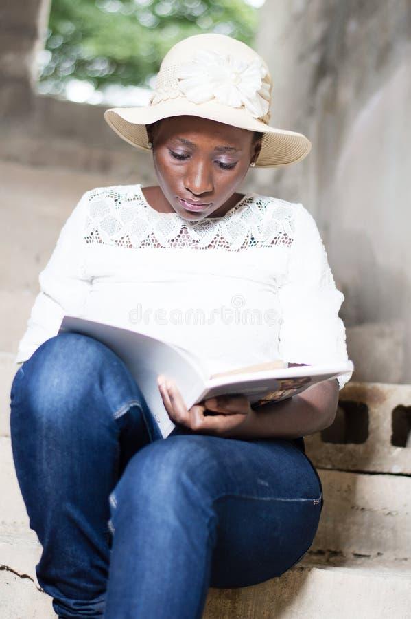 Όμορφη νέα γυναίκα που κάνει την ανάγνωση στοκ φωτογραφία με δικαίωμα ελεύθερης χρήσης