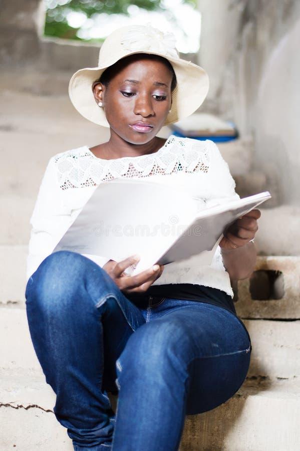 Όμορφη νέα γυναίκα που κάνει την ανάγνωση στοκ φωτογραφίες με δικαίωμα ελεύθερης χρήσης
