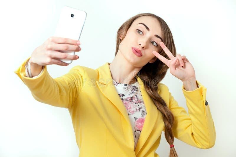 Όμορφη νέα γυναίκα που κάνει Selfie Μοντέρνη ξανθή γυναίκα ομορφιάς με τα ρόδινα χείλια και τέλεια τοποθέτηση makeup στο στούντιο στοκ εικόνα