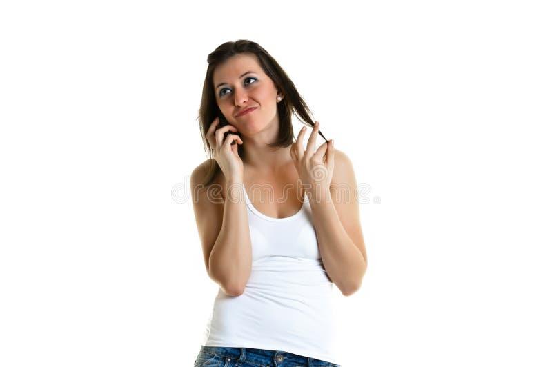 Όμορφη νέα γυναίκα που μιλά στο τηλέφωνο στοκ φωτογραφία με δικαίωμα ελεύθερης χρήσης
