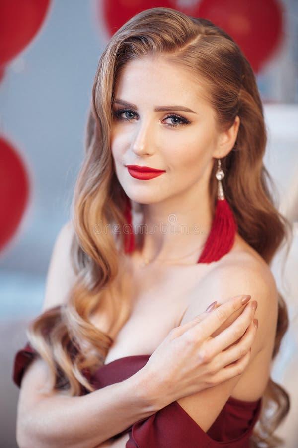 Όμορφη νέα γυναίκα που περιμένει τα Χριστούγεννα στο σπίτι στοκ φωτογραφίες με δικαίωμα ελεύθερης χρήσης