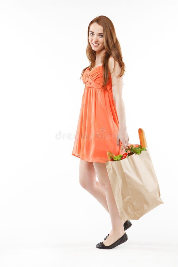 Όμορφη νέα γυναίκα που περπατά με τις αγορές στοκ εικόνες
