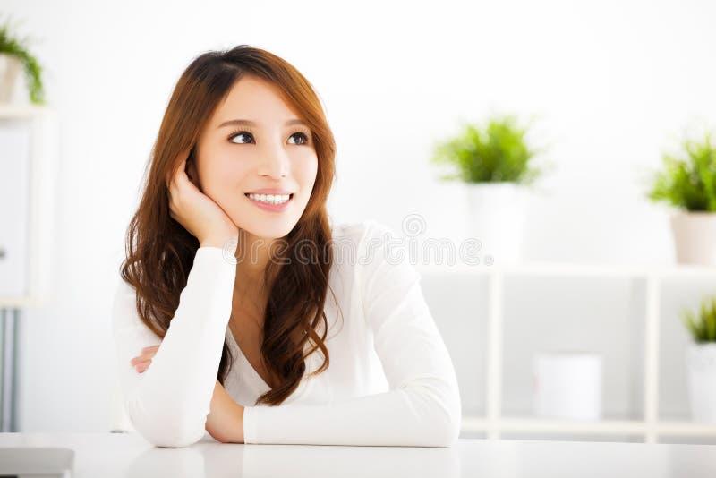 Όμορφη νέα γυναίκα που σκέφτεται κάτι στοκ φωτογραφία με δικαίωμα ελεύθερης χρήσης