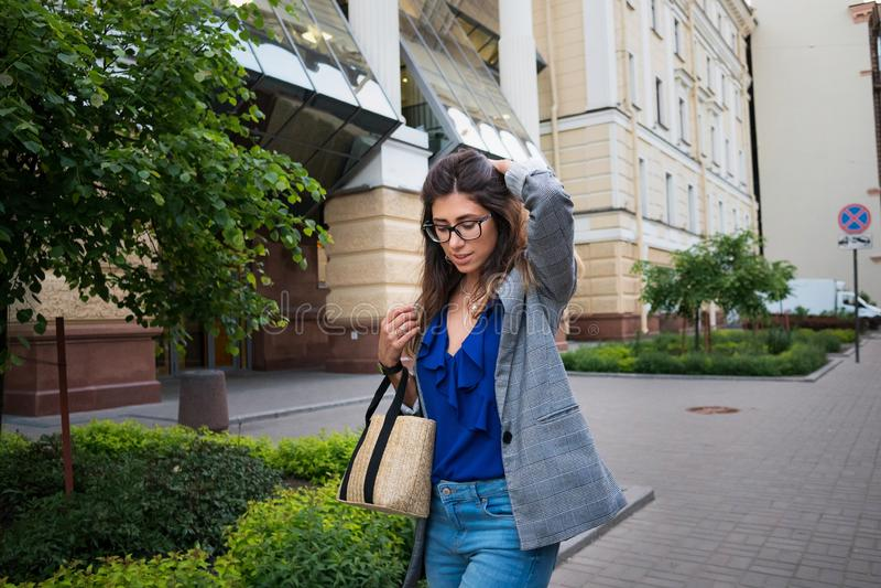 Όμορφη νέα γυναίκα που χαμογελά το εύθυμο περπάτημα στην οδό μια ηλιόλουστη ημέρα, περιστασιακό όμορφο κορίτσι στην πόλη στοκ φωτογραφίες με δικαίωμα ελεύθερης χρήσης