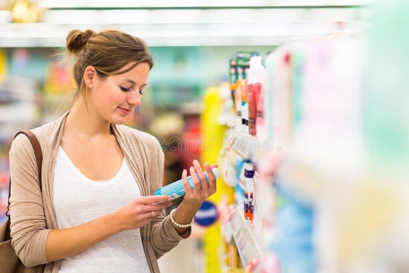 Όμορφη νέα γυναίκα που ψωνίζει σε ένα μανάβικο/μια υπεραγορά στοκ φωτογραφίες με δικαίωμα ελεύθερης χρήσης