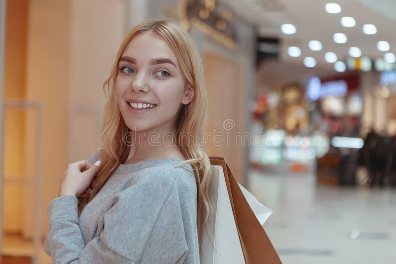 Όμορφη νέα γυναίκα που ψωνίζει στην τοπική λεωφόρο στοκ εικόνα με δικαίωμα ελεύθερης χρήσης