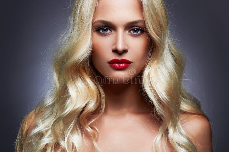 Όμορφη νέα γυναίκα πολυτέλειας με τα υγιή ξανθά μαλλιά μπουκλών στοκ εικόνες
