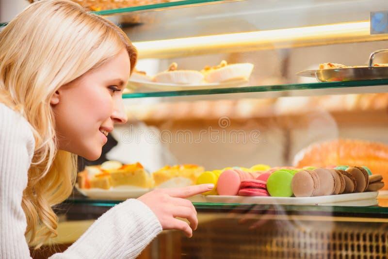 Όμορφη νέα γυναίκα σε μια βιομηχανία ζαχαρωδών προϊόντων στοκ εικόνες