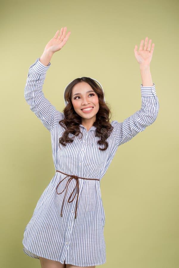 Όμορφη νέα γυναίκα στα ακουστικά που ακούει τη μουσική και το danci στοκ φωτογραφία με δικαίωμα ελεύθερης χρήσης