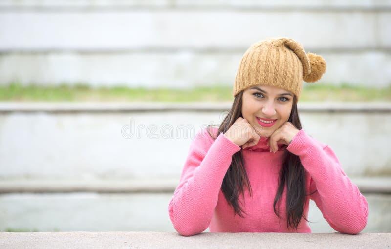 Όμορφη νέα γυναίκα στα θερμά μαλακά ενδύματα υπαίθρια σε μια χειμερινή ημέρα στοκ φωτογραφία με δικαίωμα ελεύθερης χρήσης