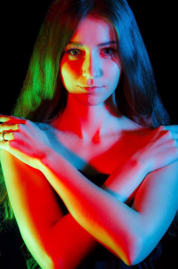 Όμορφη νέα γυναίκα στα κόκκινα, πράσινα και μπλε φω'τα στοκ φωτογραφία με δικαίωμα ελεύθερης χρήσης