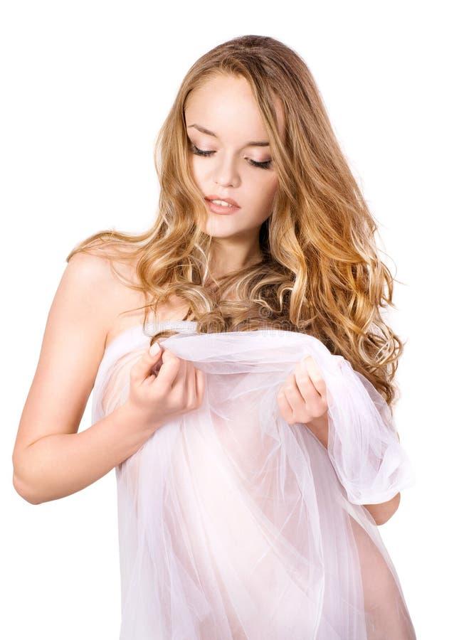Όμορφη νέα γυναίκα στην άσπρη πετσέτα. στοκ φωτογραφία