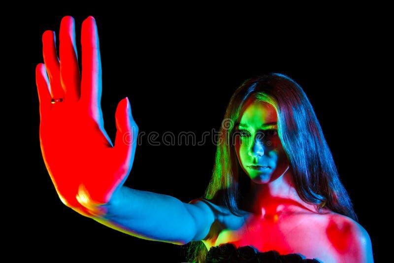 Όμορφη νέα γυναίκα στην κόκκινη, πράσινη και μπλε παρουσίαση φω'των στοκ φωτογραφίες με δικαίωμα ελεύθερης χρήσης