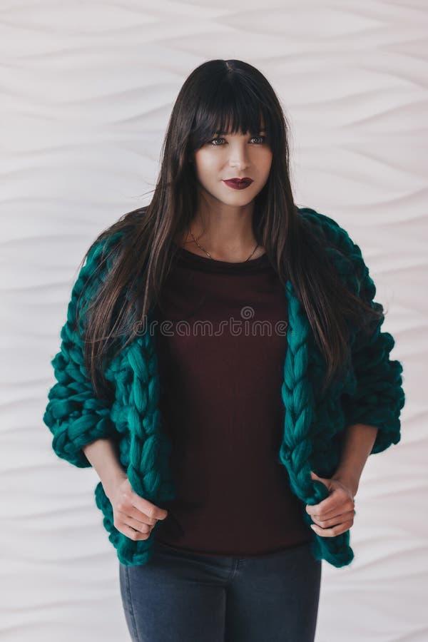 Όμορφη νέα γυναίκα στην πράσινη πλεκτή ζακέτα στοκ φωτογραφία με δικαίωμα ελεύθερης χρήσης
