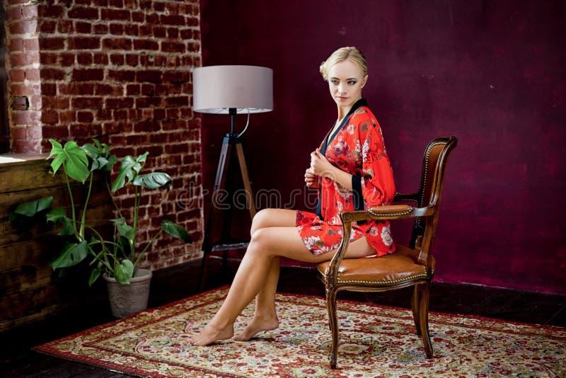 Όμορφη νέα γυναίκα στην τήβεννο στοκ φωτογραφία με δικαίωμα ελεύθερης χρήσης