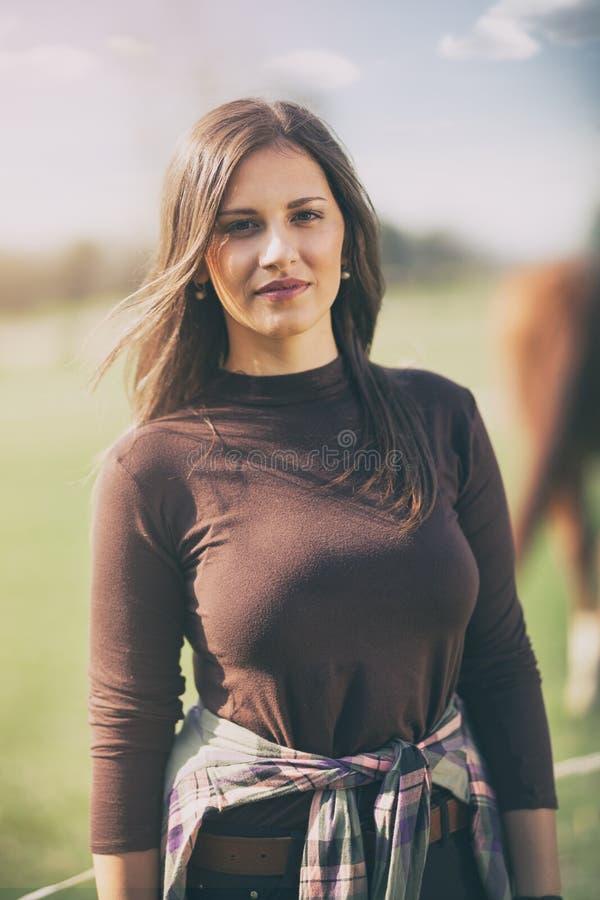 όμορφη νέα γυναίκα στο αγρόκτημα στοκ φωτογραφία