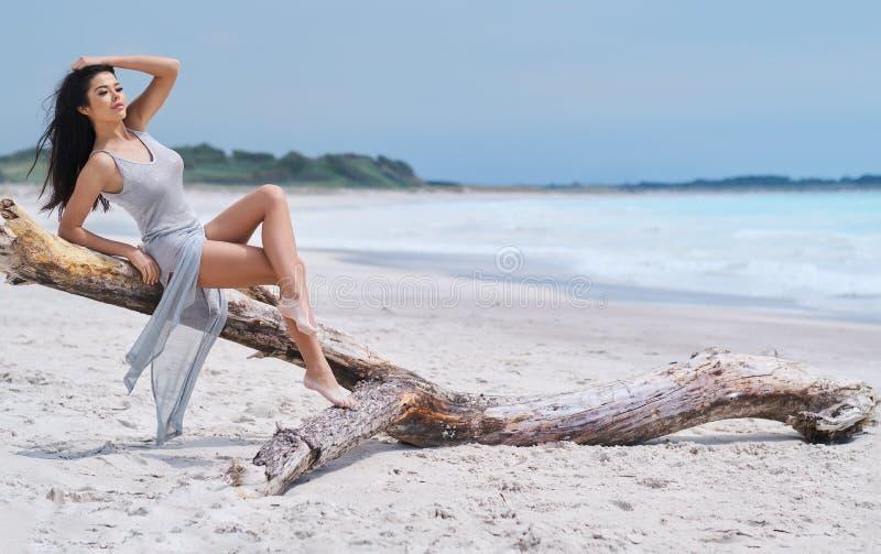 Όμορφη νέα γυναίκα στο κομψό φόρεμα στην παραλία στοκ φωτογραφία με δικαίωμα ελεύθερης χρήσης