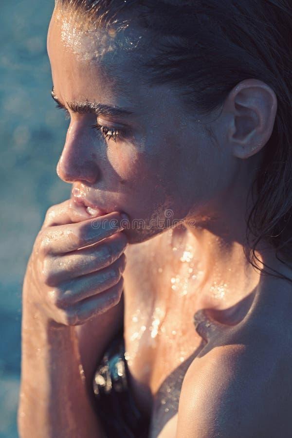 Όμορφη νέα γυναίκα στο σαλόνι SPA που έχει τη θεραπεία μασάζ SPA με τη διαδικασία μελιού Έννοια μασάζ μελιού στοκ φωτογραφία με δικαίωμα ελεύθερης χρήσης