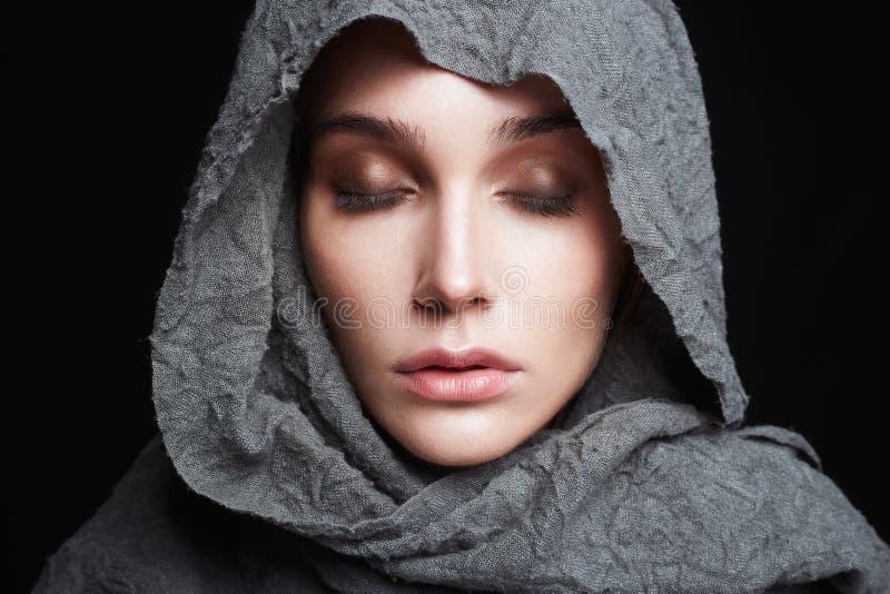 Όμορφη νέα γυναίκα στο headscarf θρησκεία στοκ εικόνα με δικαίωμα ελεύθερης χρήσης