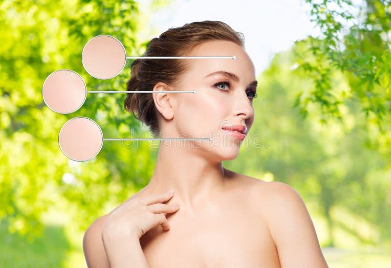 Όμορφη νέα γυναίκα σχετικά με το λαιμό της στοκ φωτογραφίες με δικαίωμα ελεύθερης χρήσης