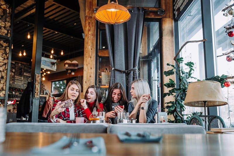 Όμορφη νέα γυναίκα τέσσερα που κάνει selfie σε έναν καφέ, κορίτσια καλύτερων φίλων που έχει μαζί τη διασκέδαση στοκ φωτογραφίες με δικαίωμα ελεύθερης χρήσης