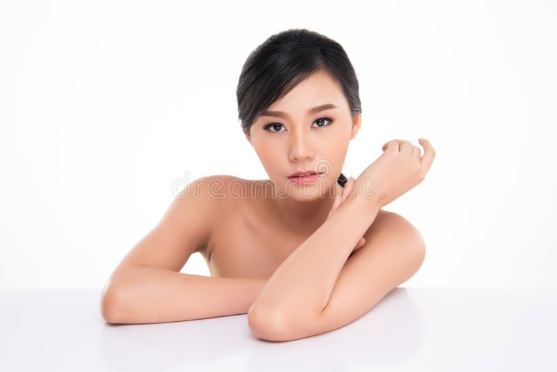 Όμορφη νέα γυναίκα της Ασίας με το καθαρό φρέσκο δέρμα στοκ εικόνα με δικαίωμα ελεύθερης χρήσης