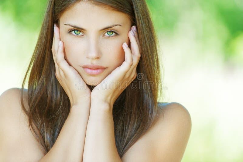 Όμορφη νέα γυναίκα στοκ εικόνες