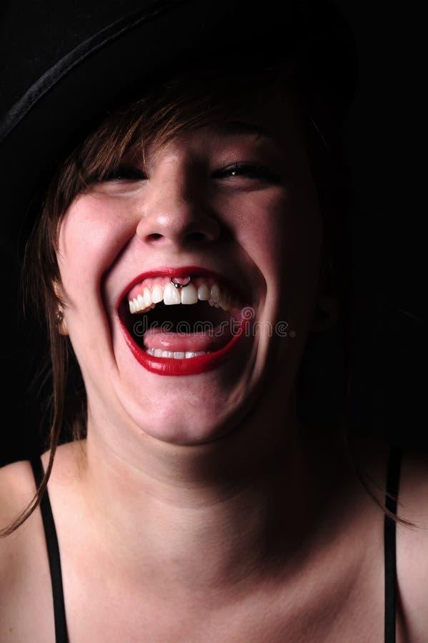 Όμορφη νέα γυναίκα brunette με το κόκκινο γέλιο κραγιόν στοκ φωτογραφίες
