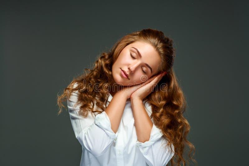 Download Όμορφη νέα γυναίκα Brunette πορτρέτου με την κυματιστή τρίχα, μάτια Clo Στοκ Εικόνες - εικόνα από γοητεία, σκοτεινός: 62701712