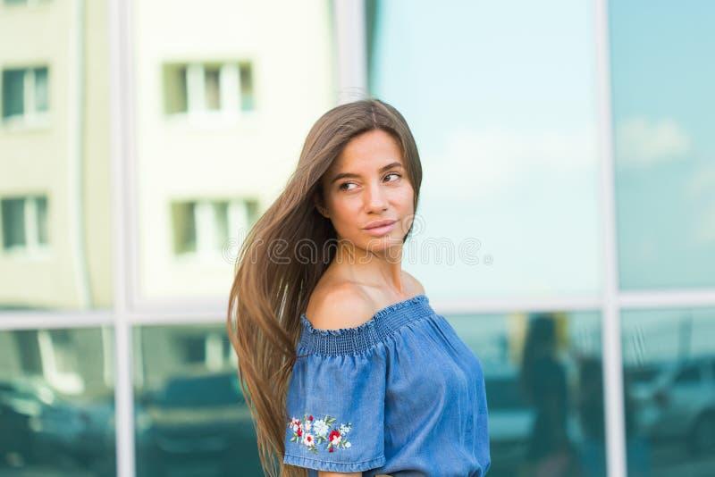 Όμορφη νέα γυναίκα brunette που κοιτάζει κατά μέρος Υπαίθριο πορτρέτο μόδας της μοντέρνης κυρίας γοητείας στοκ φωτογραφίες